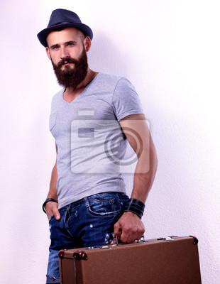 Постер Портрет красивый бородатый мужчина в шляпе, стоящий с плохойМужской стиль, сумки<br>Постер на холсте или бумаге. Любого нужного вам размера. В раме или без. Подвес в комплекте. Трехслойная надежная упаковка. Доставим в любую точку России. Вам осталось только повесить картину на стену!<br>