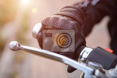 Постер-картина Фото-постеры Защитные перчатки байкер на мотоцикле колесо, 30x20 см, на бумагеМотоциклы<br>Постер на холсте или бумаге. Любого нужного вам размера. В раме или без. Подвес в комплекте. Трехслойная надежная упаковка. Доставим в любую точку России. Вам осталось только повесить картину на стену!<br>