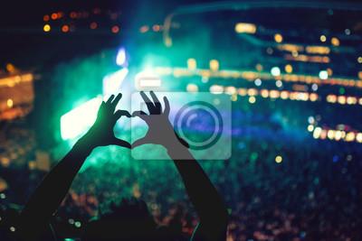 Постер Оформление офиса В форме сердца руки на концерте, любящий художник и фестиваля. Музыкальный концерт с свет и силуэт человека, наслаждаясь концертом, 30x20 см, на бумагеНочной клуб<br>Постер на холсте или бумаге. Любого нужного вам размера. В раме или без. Подвес в комплекте. Трехслойная надежная упаковка. Доставим в любую точку России. Вам осталось только повесить картину на стену!<br>