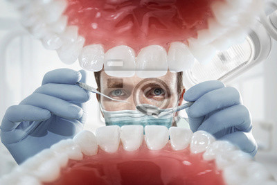 Постер Оформление офиса Стоматология. Стоматолог за открытого рта пациента смотрят в зубы. Внутри компании vew Стоматология<br>Постер на холсте или бумаге. Любого нужного вам размера. В раме или без. Подвес в комплекте. Трехслойная надежная упаковка. Доставим в любую точку России. Вам осталось только повесить картину на стену!<br>