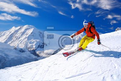 Лыжник спуске на лыжах в высокие горы на фоне голубого неба, 30x20 см, на бумагеЛыжи<br>Постер на холсте или бумаге. Любого нужного вам размера. В раме или без. Подвес в комплекте. Трехслойная надежная упаковка. Доставим в любую точку России. Вам осталось только повесить картину на стену!<br>