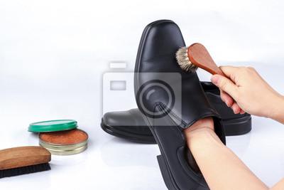 Постер Женская рука полировать черные кожаные туфлиУход за обувью<br>Постер на холсте или бумаге. Любого нужного вам размера. В раме или без. Подвес в комплекте. Трехслойная надежная упаковка. Доставим в любую точку России. Вам осталось только повесить картину на стену!<br>