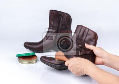 Постер Женская рука полировать ботинки с обувной щеткиУход за обувью<br>Постер на холсте или бумаге. Любого нужного вам размера. В раме или без. Подвес в комплекте. Трехслойная надежная упаковка. Доставим в любую точку России. Вам осталось только повесить картину на стену!<br>