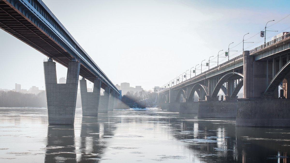 Постер Новосибирск Два моста через рекуНовосибирск<br>Постер на холсте или бумаге. Любого нужного вам размера. В раме или без. Подвес в комплекте. Трехслойная надежная упаковка. Доставим в любую точку России. Вам осталось только повесить картину на стену!<br>