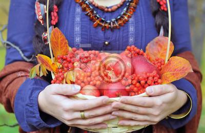 Постер Рябина Осенние яблоки и ягоды рябины в корзине с красными листьямиРябина<br>Постер на холсте или бумаге. Любого нужного вам размера. В раме или без. Подвес в комплекте. Трехслойная надежная упаковка. Доставим в любую точку России. Вам осталось только повесить картину на стену!<br>