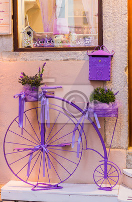 Постер-картина Фото-постеры Старый розовый велосипед стоит на улице, 20x30 см, на бумагеВелосипеды<br>Постер на холсте или бумаге. Любого нужного вам размера. В раме или без. Подвес в комплекте. Трехслойная надежная упаковка. Доставим в любую точку России. Вам осталось только повесить картину на стену!<br>