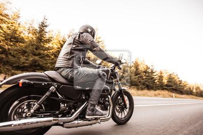 Постер-картина Фото-постеры Крупным планом наивысшей мощности мотоцикла, 30x20 см, на бумагеМотоциклы<br>Постер на холсте или бумаге. Любого нужного вам размера. В раме или без. Подвес в комплекте. Трехслойная надежная упаковка. Доставим в любую точку России. Вам осталось только повесить картину на стену!<br>