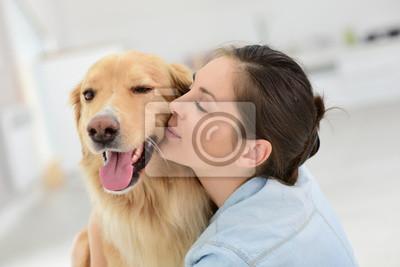Постер Животные и люди Молодая женщина гладит свою собакуЖивотные и люди<br>Постер на холсте или бумаге. Любого нужного вам размера. В раме или без. Подвес в комплекте. Трехслойная надежная упаковка. Доставим в любую точку России. Вам осталось только повесить картину на стену!<br>