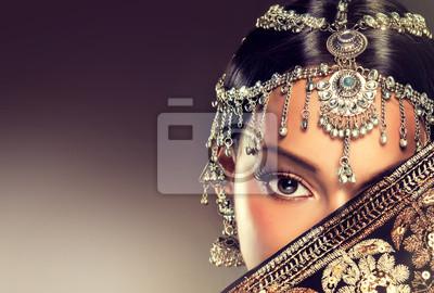 Постер-картина Фото-постеры Красивые Индийские женщины портрет с ювелирными изделиями. элегантный Индийская девушка , стиль болливуд . Индийские украшения с темными модель кожи . Красивая брюнетка азиатская девушка с черной вуалью на лице , 30x20 см, на бумагеГлаза<br>Постер на холсте или бумаге. Любого нужного вам размера. В раме или без. Подвес в комплекте. Трехслойная надежная упаковка. Доставим в любую точку России. Вам осталось только повесить картину на стену!<br>