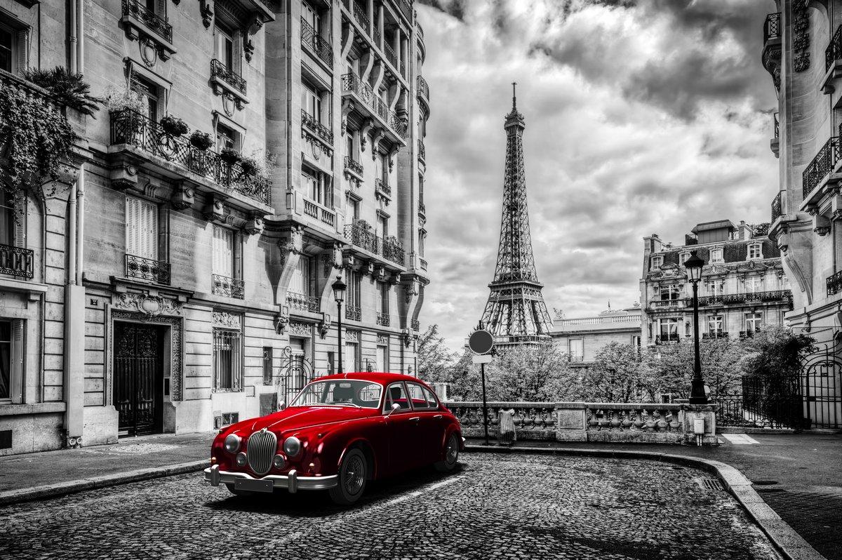 Постер Париж Художественный Париж, Франция. Эйфелеву башню видно с улицы с красным ретро лимузин прокат.Париж<br>Постер на холсте или бумаге. Любого нужного вам размера. В раме или без. Подвес в комплекте. Трехслойная надежная упаковка. Доставим в любую точку России. Вам осталось только повесить картину на стену!<br>
