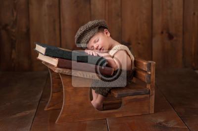 Постер Новорожденный малыш спит на своей партеДети<br>Постер на холсте или бумаге. Любого нужного вам размера. В раме или без. Подвес в комплекте. Трехслойная надежная упаковка. Доставим в любую точку России. Вам осталось только повесить картину на стену!<br>