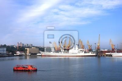 Постер Одесса Черное море корабль в порт Одесса, УкраинаОдесса<br>Постер на холсте или бумаге. Любого нужного вам размера. В раме или без. Подвес в комплекте. Трехслойная надежная упаковка. Доставим в любую точку России. Вам осталось только повесить картину на стену!<br>