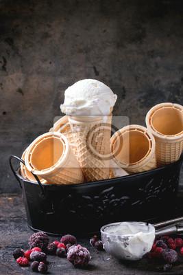 Мороженое в вафельном сахарном рожке, 20x30 см, на бумагеВафли<br>Постер на холсте или бумаге. Любого нужного вам размера. В раме или без. Подвес в комплекте. Трехслойная надежная упаковка. Доставим в любую точку России. Вам осталось только повесить картину на стену!<br>