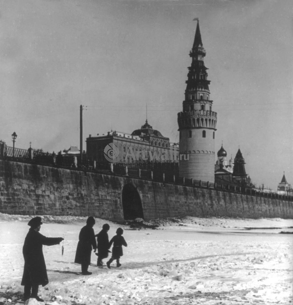 Постер Москва - старые фотографии Москва река около КремляМосква - старые фотографии<br>Постер на холсте или бумаге. Любого нужного вам размера. В раме или без. Подвес в комплекте. Трехслойная надежная упаковка. Доставим в любую точку России. Вам осталось только повесить картину на стену!<br>