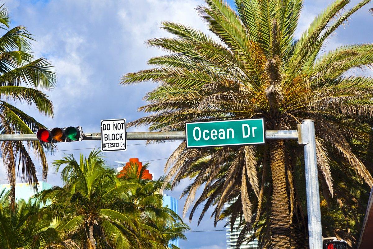 """Постер Города и карты """"Улица знак ocean drive известных South Miami Art deco переулок"""", 30x20 см, на бумаге от Artwall"""