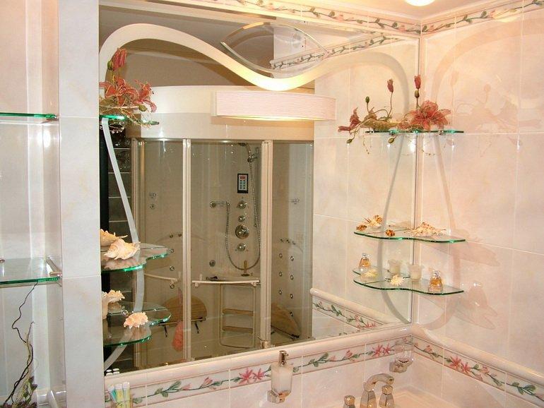 стеклянные полочки и зеркало для декора ванной