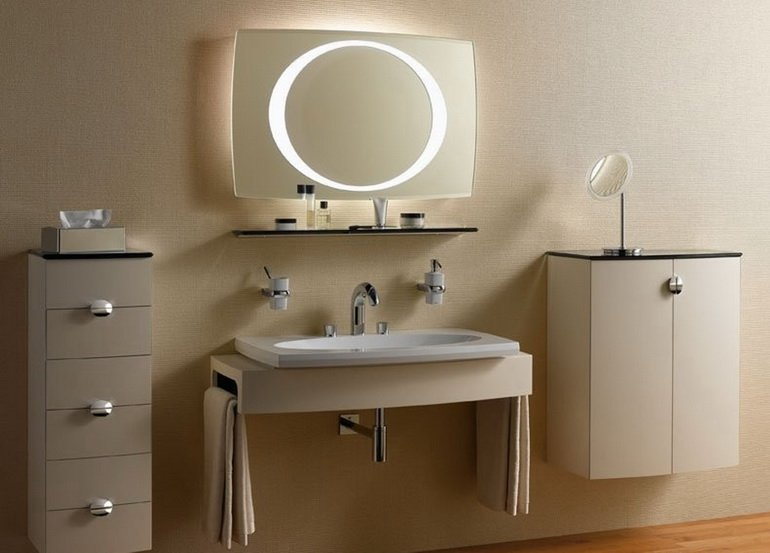 вариант дизайна ванной мебелью и зеркалом с подсветкой