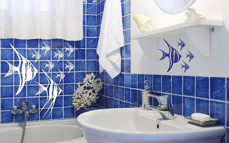 виниловые наклейки как прием украшения ванной