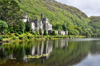 Kylemore Abbey в Connemara горы, Ирландия, Замки