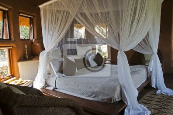 Four-poster bed в African lodge,