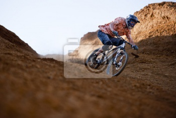 Mountainbiker в ущелье,